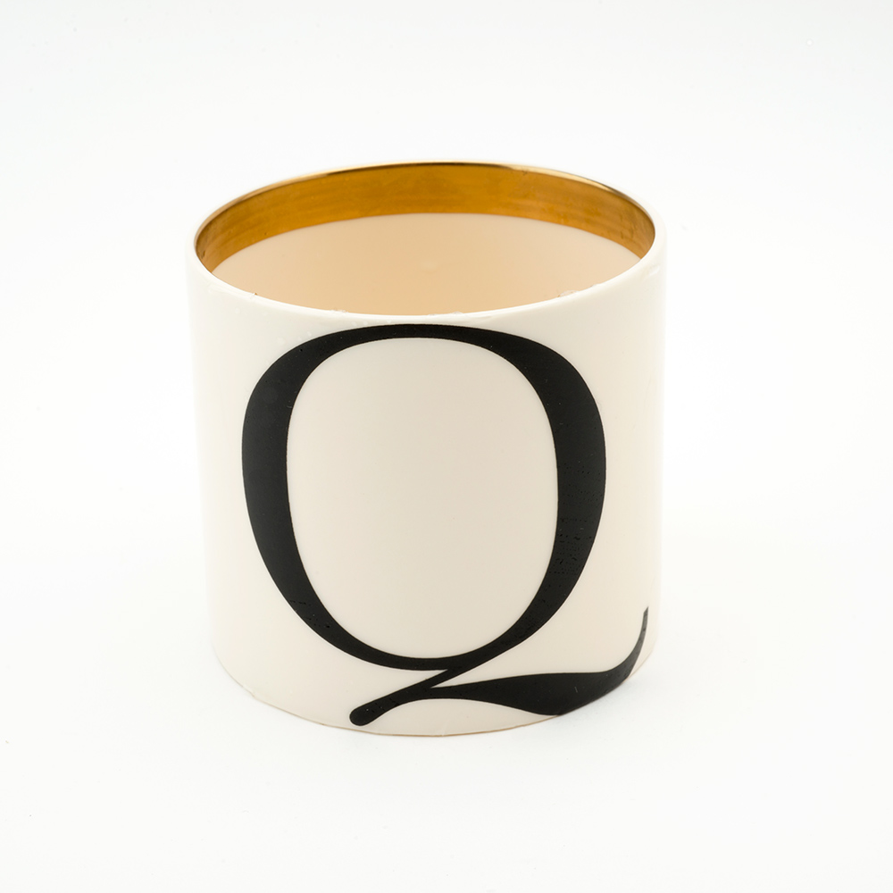 Baskerville letter Q small pen pot